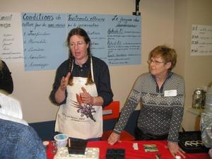 Atelier de germinations  Carol Anne donne de bons conseils      2007 Prise par Guy Méthé