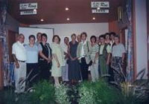Les gagnants du concours de la plus belle rue et du plus beau rang de St-Apollinaire. Concours «Fleurir le Québec 1999» Prise par Inconnu