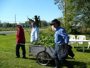 Échange 2011 - Chacun repart avec un bel assortiment de plantes. -  Prise par Nicole Sanschagrin
