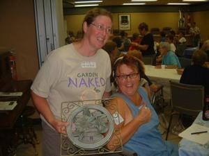 Carol Anne et Nancy avec un des prix Prise par Francis Nadeau