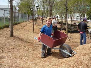 Les enfants ont donné un sérieux coup de main…avec le sourire! Prise par Nicole Sanschagrin