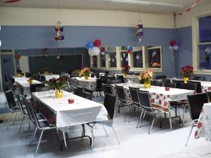Les tables n'attendent plus que les convives  Noël 2007 Prise par Nicole Sanschagrin