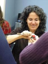 Le bricolage demande de la concentration et du doigtéNoël 2007 Prise par Nicole Sanschagrin