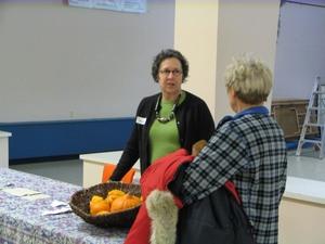Suzanne et sa table d'échange   Fête des semences 2008    Prise par Claude Bergeron