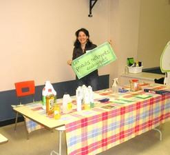 Sonia Rousseau nous présente des alternatives écologiques aux nettoyants industriels  Fête des Semences 2008  Prise par Guy Méthé
