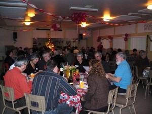 Fête de Noël 2008 : 74  « joyeux fêtards » se sont régalés!  Prise par Nicole Sanschagrin