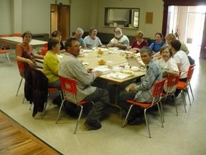 Projet communautaire  2009  - Après le boulot, le lunch.  Peu nombreux mais efficaces! -  Prise par Nicole Sanschagrin
