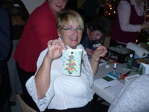 Party de Noël 2009 - Diane nous montre son œuvre; très jolie!! -  Prise par Nicole Sanschagrin