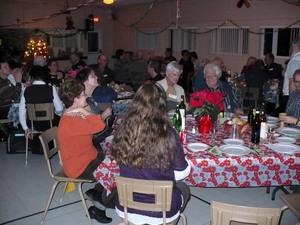 Party de Noël 2009 - Le repas s'en vient! -  Prise par Nicole Sanschagrin