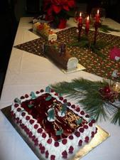 Party de Noël 2009 - Les merveilleux gâteaux de Lise complètent bien un délicieux repas. -  Prise par Nicole Sanschagrin