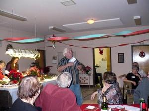 Party de Noël 2009 - Pierre nous compte une petite histoire très drôle, en flamand. -  Prise par Nicole Sanschagrin