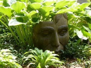 Les Jardins  du Clown Jardinier à St Ambroise de Kildel; des cheveux en hostas!  Fallait y penser! Prise par Nicole Sanschagrin