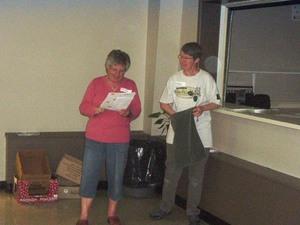Les bénévoles sont remerciés par les tirages de nombreux prix. - Notre organisatrice, Margo fait l'appel des chanceux. -  Prise par Roger Beaudoin
