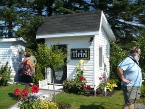 Les Jardins du Grand Duc à St-Raymond chez Rita et Pierre. - Nom très original pour des toilettes! Prise par Nicole Sanschagrin