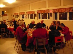 Tout le monde se délecte du bon souper Prise par Nicole Sanschagrin