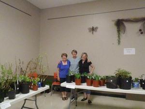 Gisèle, Ruth et Nicole avec les plantes du Domaine Joly.  Prise par Catherine Sylvain
