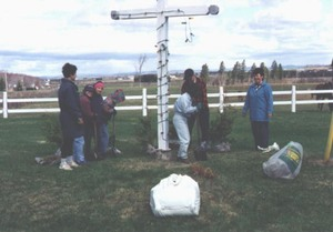 Corvée au village de St-Apollinaire en mai 1998. Prise par Société d'horticulture
