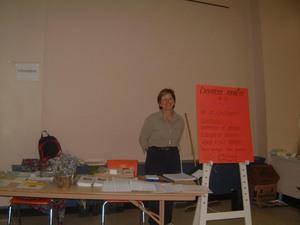 Denise M. Boucher accueille les visiteurs.  Printemps 2004 Prise par Diane Héroux